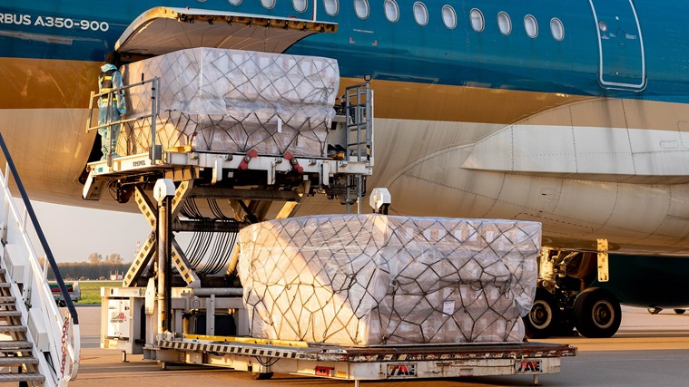 Loading freight into aircraft